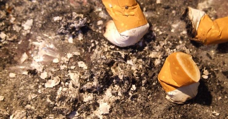 Aschenbecher leeren und reinigen